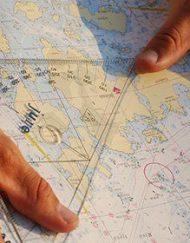Elev på kursen kustskepparintyg läser karta | NavigationsGruppen