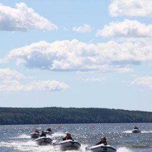 Ungdomar njuter båtutflykt